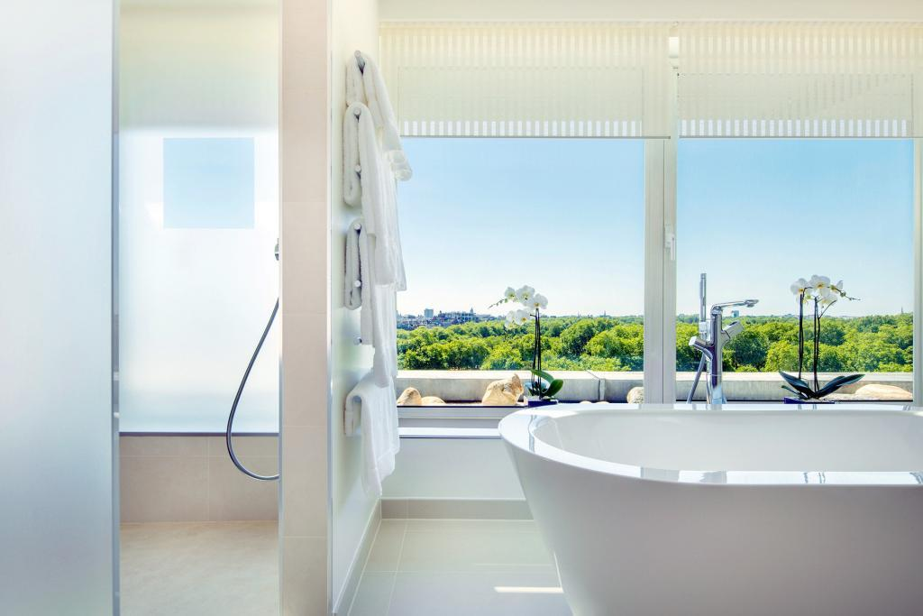 Bath with a view at COMO Metropolitan London